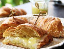 Nedělní croissant s okurkovou marmeládou